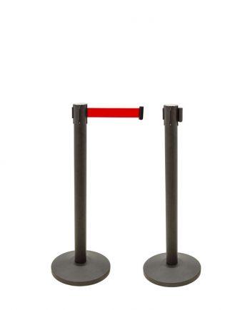 É perfeito para a gestão de filas ou separação de espaços. Este produto inclui um pack de duas unidades de postes. Os postes separadores com fita extensível têm uma altura de 910 mm e uma base com o diâmetro de Ø320mm, o que os torna muito estáveis. Estes postes têm uma fita extensível retráctil de 2 metros e deve ser esticada até chegar ao terminal do outro poste, para assim desempenharem o papel de delimitadores. As fitas extensíveis têm fecho de segurança e os postes incorporam 4 terminais, para permitir uma ampla possibilidade de ligações entre eles. Os postes separadores com fita extensível são fáceis de montar e desmontar e tanto o seu armazenamento e transportes é simples. São ideais para serem utilizados em zonas movimentadas, como zonas de acessos, salas de espera, aeroportos, restaurantes, escritórios, etc.